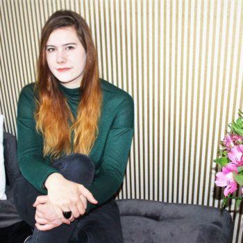 Cosmea Maxi Binden oder2 Cosmea Ultra Binden_Hand_Interview mit Wonderwoman Luise_cosmea.de