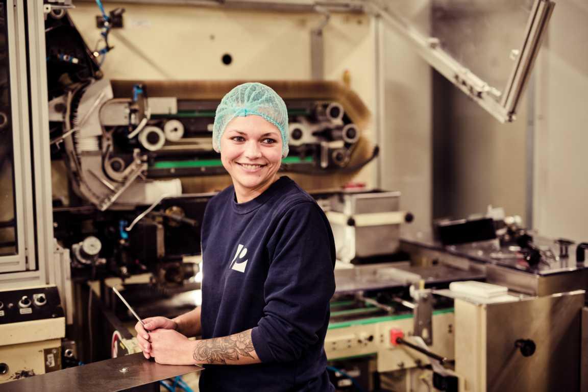 Cosmea Hinter den Kulissen in der Produktion Maschinenfuehererin an der Maschine cosmea.de
