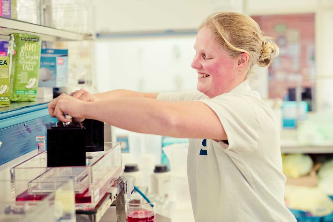 Cosmea Hinter den Kulissen im Labor Test mit Susanka Schnauer cosmea.de