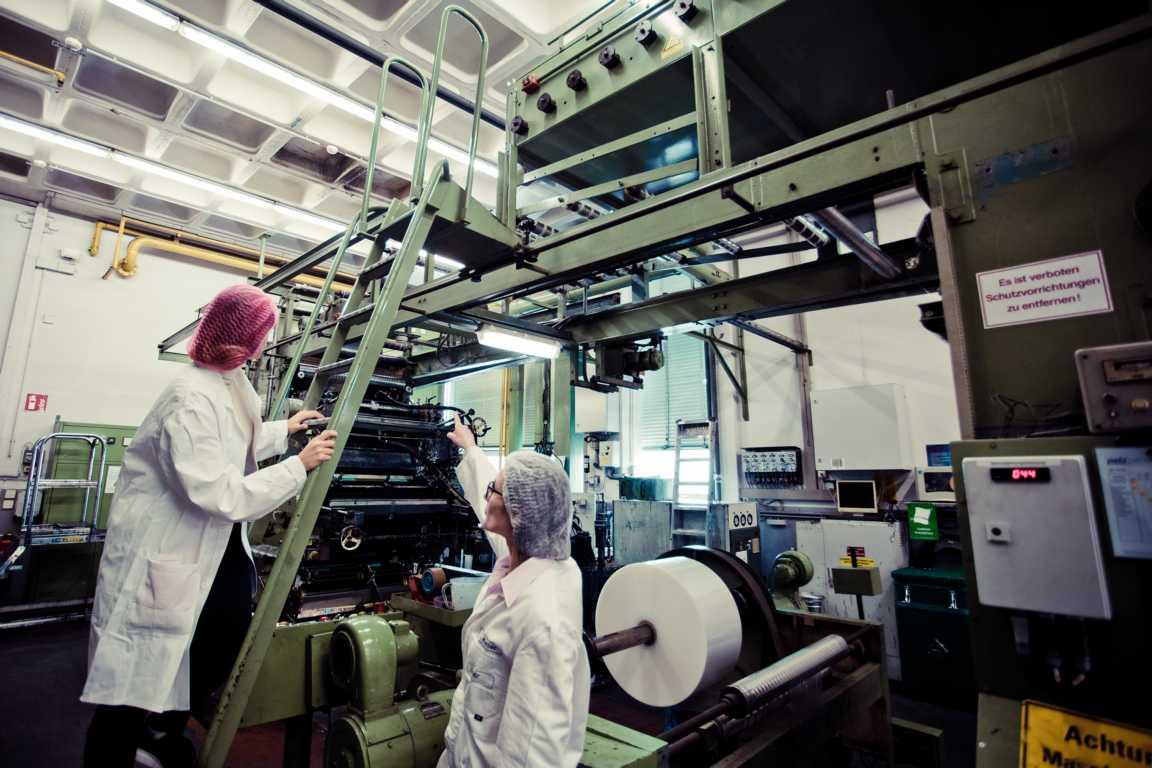 Cosmea Hinter den Kulissen in der Druckerei Britta Keller und Evgenja Ortmann auf der Druckmaschine cosmea.de