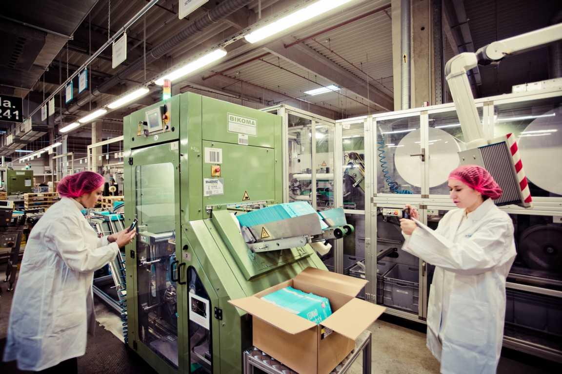 Cosmea Hinter den Kulissen in der Produktion Charlev am Produktionsmaschine Slipeinlagen cosmea.de