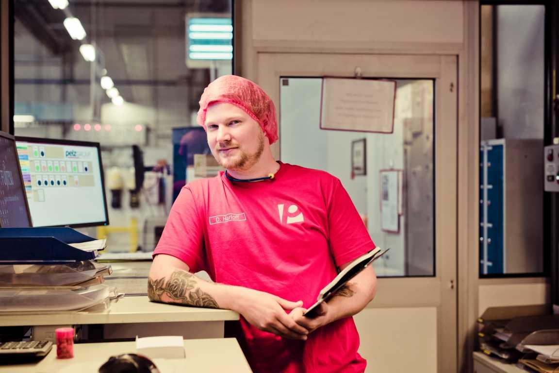 Daniel Harloff_Cosmea Hinter den Kulissen in der Produktion Planung und Kontrolle Slipeinlagen cosmea.de